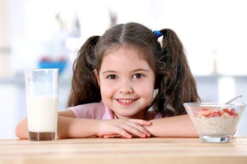 Ребенок и завтрак