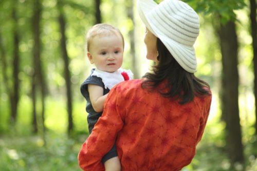 Айслу с дочкой на прогулке