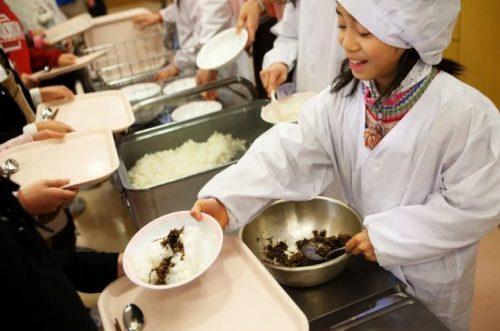 Японские дети на раздаче обеда
