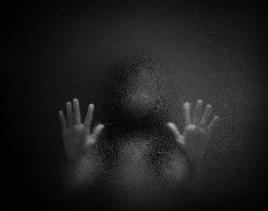 Ребёнок за стеклом